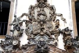 Portada: o entalhe da fachada de pedra-sabão é desenho de Aleijadinho, mas não se sabe se foi executado por ele ou por seus auxiliares