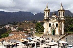 Igreja de São Fracisco de Assis, um dos maiores símbolos do barroco mineiro, com a permanente feira de artesanato diante dela.