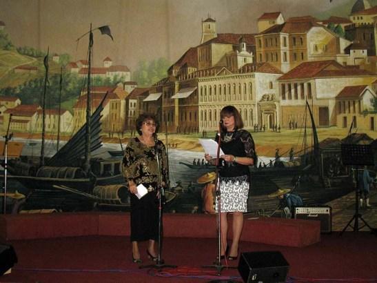 Mariazinha Carvalho e Yolanda Ramos numa apresentação falada em patoá, dialecto de Macau, a contar o Natal dos tempos antigos da terra natal