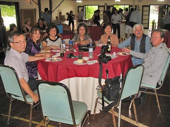 "da esq. Sonny Fernandes, Mia Luz, Dulci Fernandes, Yvonne Airosa, Margareth Rosário, Nano Branco e Rigoberto Rosário Jr. ""Api"""