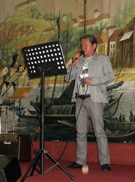 """Rigoberto Rosário Jr. """"Api"""" cantou suas duas novas composições """"Farol da Guia"""" e um fado português. Os arranjos e execução são da sua autoria"""