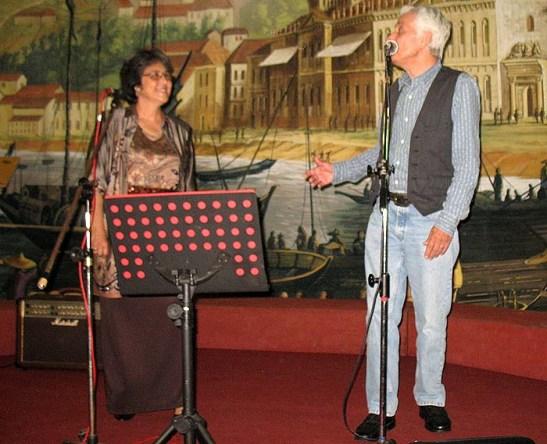 """A dupla Nano Branco e esposa Yvonne cantaram músicas do seu CD e duas com arranjos do """"Api"""" Rosário Jr."""
