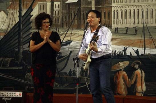 """Fred Ritchie """"Pau Pau"""" e sua apresentação musical com suas músicas favoritas como """"Pense em Mim"""". Ao lado, a diretora cultural Nanette Placé"""