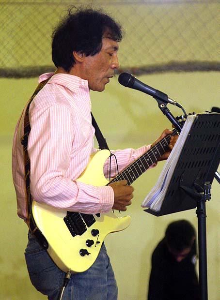 """António """"Tozé"""" de Senna Fernandes (filho do Rui) é um eterno apaixonado por música e sempre marca presença com músicas dos anos 60"""