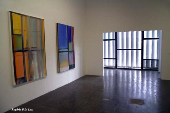 a porta e as venezianas parecem compor as obras expostas neste salão