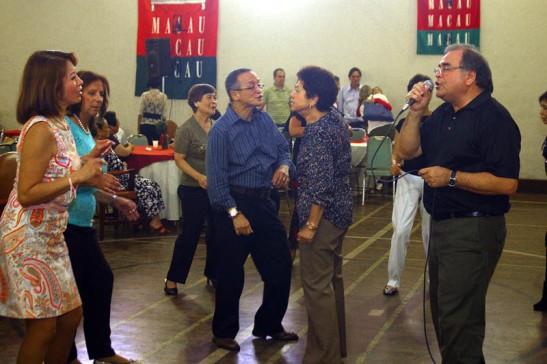 Charlie Santos ou Canicha com suas músicas dos anos 60 sempre põe o público a dançar