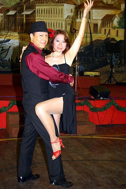 """O casal do tango foi a inovação da CMSP na festa de Natal, mostrando que macaenses também dançam tango, dos """"hermanos"""" da Argentina"""
