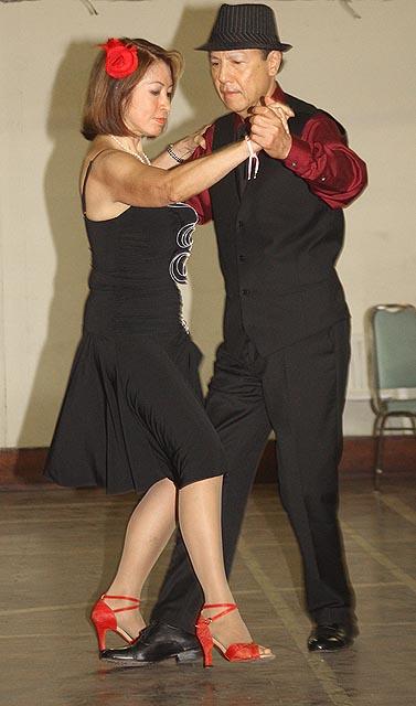 O casal Eduardo da Silva e esposa Beatriz fizeram uma apresentação do tango ao som de música de Carlos Gardel