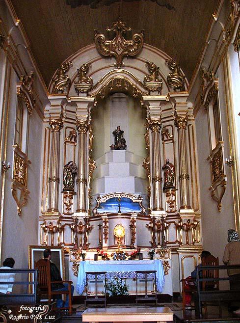 A imagem de Nossa Senhora da Boa Morte no topo do altar-mor