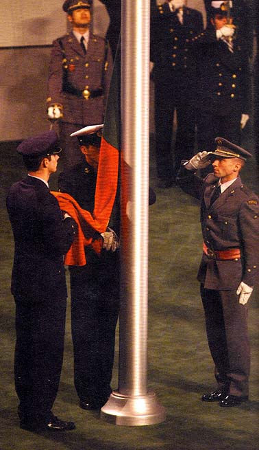 Bandeira portuguesa é recolhida após o seu arriamento