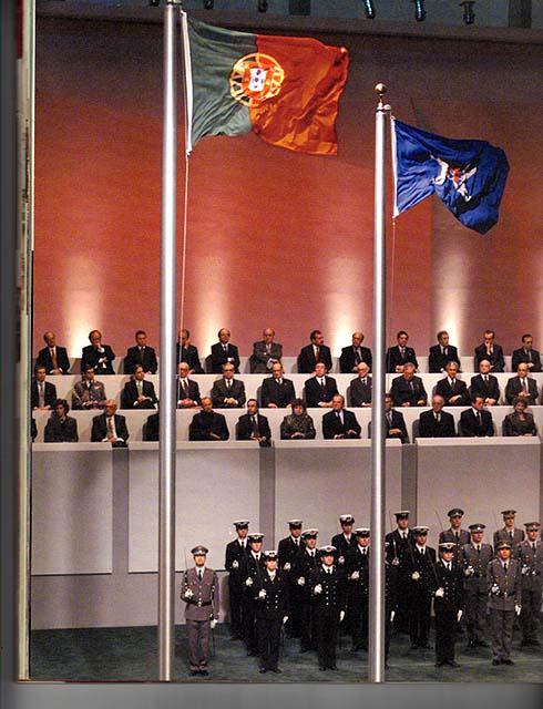 A bandeira de Portugal e do Leal Senado hasteadas pela última vez em Macau, como representação governamental