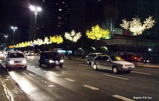 A avenida com árvores artificais iluminadas com leds