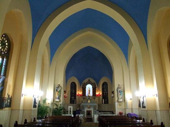O interior da Capela Santa Luzia, missa às 18:00 horas