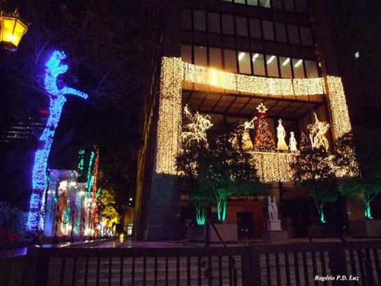 Paulista 1000 com muita iluminação colorida nas árvores