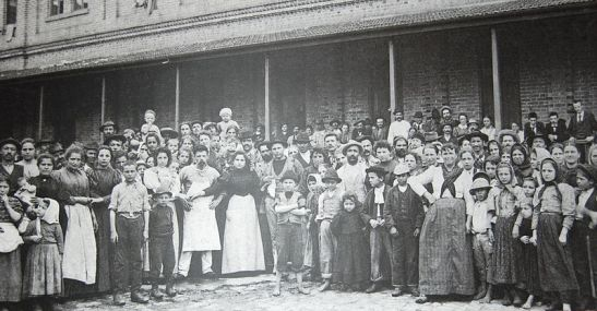 Imigrantes italianos posando para fotografia no pátio central da Hospedaria dos Imigrantes (atual Memorial do Imigrante), ca. 1890.(Wikipedia)