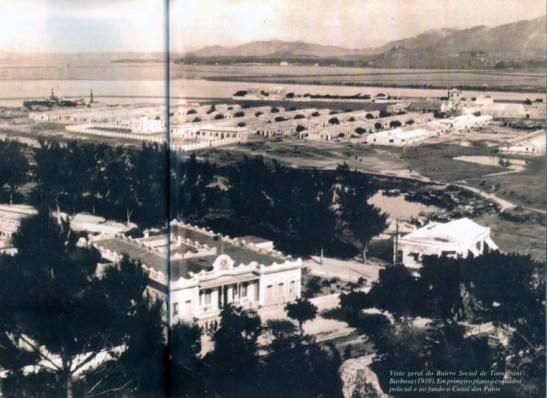 Vista geral do Bairro Social de Tamagnini Barbosa (1938). Em primeiro plano a esquadra policial e ao fundo o Canal dos Patos (foto da Revista Macau)