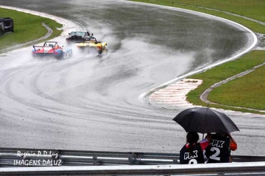 Faça chuva, faça sol, o fotógrafo enfrenta todas as situações para fazer os seus registros fotográficos