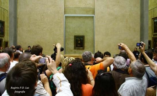 No Museu de Louvre em Paris, uma disputa de máquinas fotográficas para fotografar o quadro de Mona Lisa