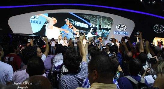 No Salão de Automóveis de São Paulo 2012, os inúmeros fotógrafos registram uma apresentação de gangnam style