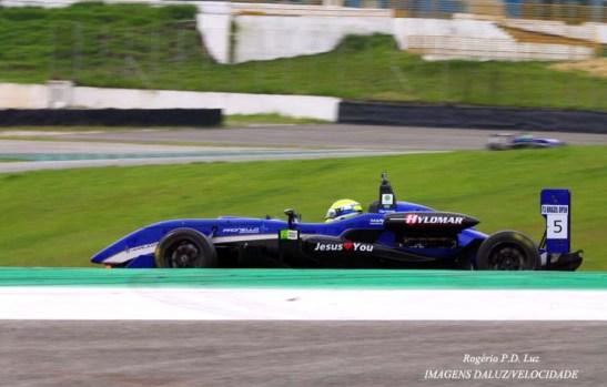 o piloto brasileiro que corre na GP3, Felipe Guimarães, acabou vencendo o torneio de F3 com 4 provas