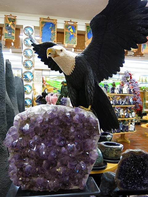 Aguia de dolomita preta com base em ametista. R$ 52.734,50 ou cerca de US$ 24.000 (cerca de MOP 192.000)