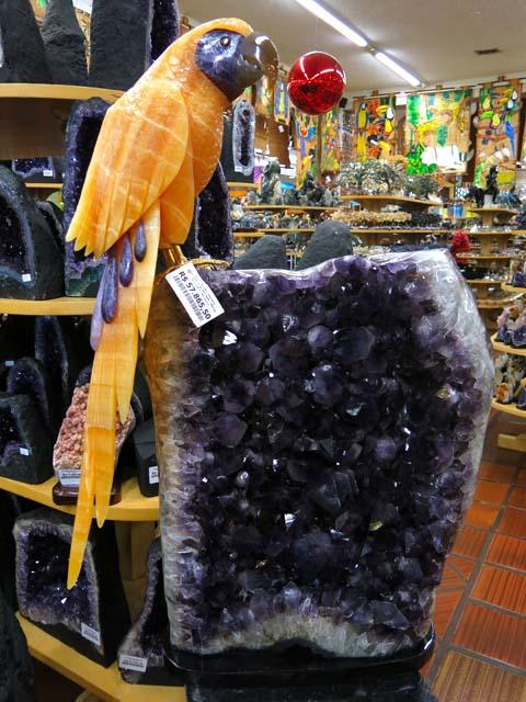 Arara em calcita laranja com base em ametista. Peso 127 kgs. Preço R$ 57.865,50 ou cerca de US$ 26.300,00 (cerca de MOP 210.400)