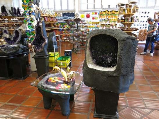 Pedra ametista em sua forma natural.  Ao fundo, o Api Rosário Jr., que viajou conosco, comprando apetrechos musicais para seus arranjos musicais