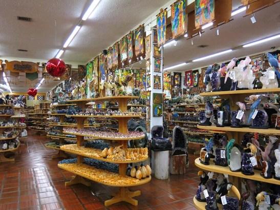 uma super loja de artesanato e de pedras brasileiras
