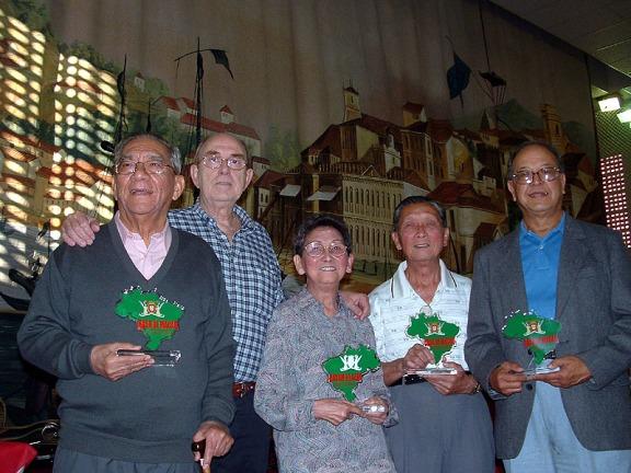 A homenagem da Casa de Macau com a entrega de estatuetas: Da esquerda, Dr. Henrique Senna Fernandes (Macau), Júlio Bfanco (presidente da Casa São Paulo), Belmira e Fernando Nogueira (Macau) e Ernie Sequeira (Canadá)