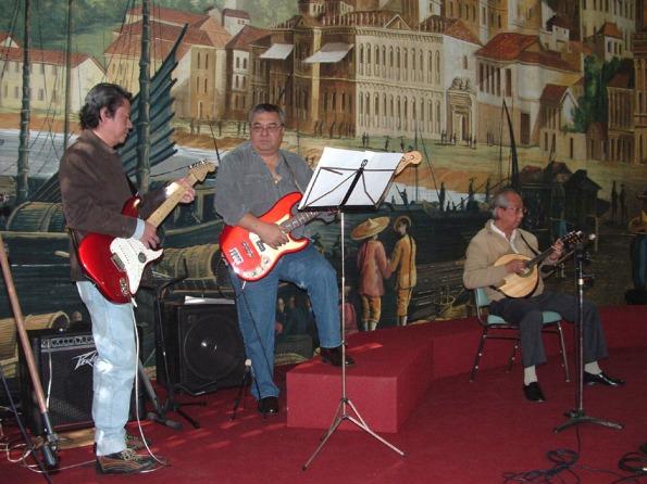 """da direita, Adalberto Remédios, Armando Ritchie e Rigoberto Rosário Jr. """"Api"""" fizeram uma apresentação musical para o ilustre visitante"""