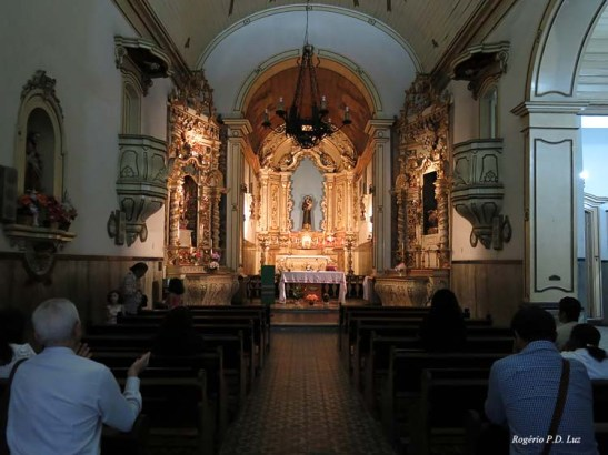 o interior da igreja visto logo na entrada