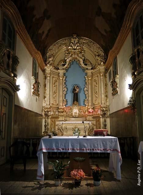 o altar mor com a imagem de Santo Antônio com Menino Jesus