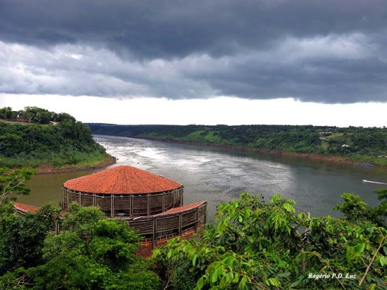 Vista do Brasil, no Porto Meira, do seu lado esquerdo, a Argentina e do lado direito, o Paraguai