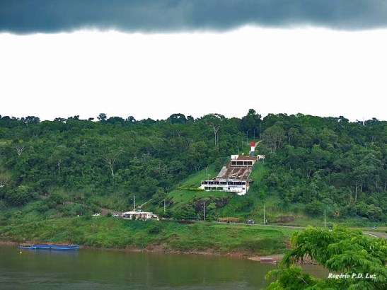 O Marco do lado do Paraguai nas cores 'vermelho, branco e azul'.