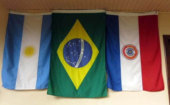 da esquerda, a bandeira do Paraguai, Brasil e da Argentina