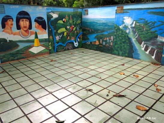 várias pinturas da cidade, das cataratas e dos índios brasileiros decoram o terraço