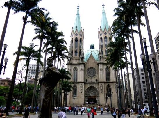 Praça da Sé e a Catedral da Sé, no centro histórico