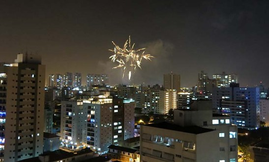 No início da noite, fogos de artifício de particulares já iluminavam o céu de Santos