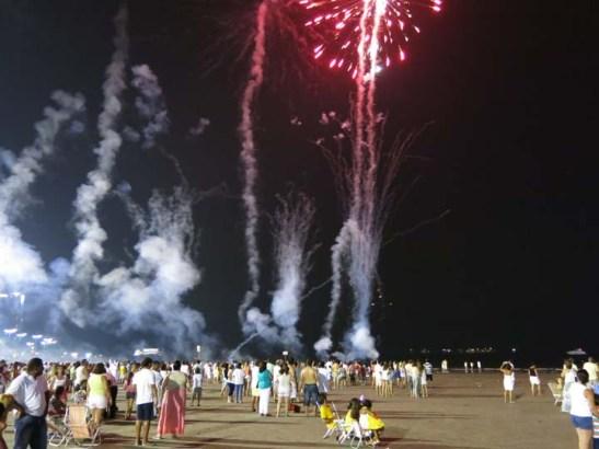 Fogos de artifício que alguns populares soltavam indiscriminadamente no meio da multidão