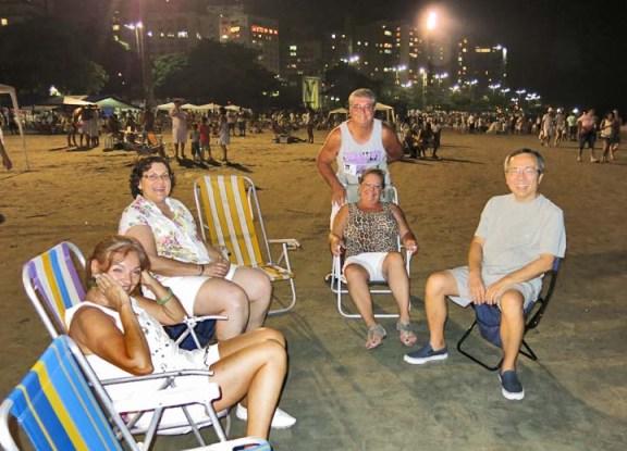 e, olha a nossa turma aí na praia à espera do início do espetáculo