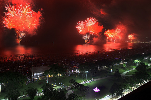 Vista do alto a queima de fogos de artifício em Santos. Fotode Mariane Rossi/G1