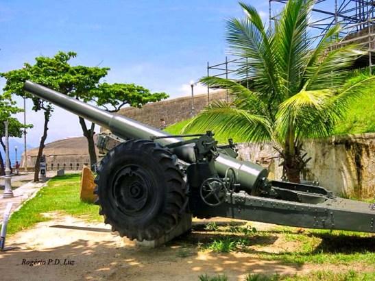 Antiga peça de artilharia exposta na alameda