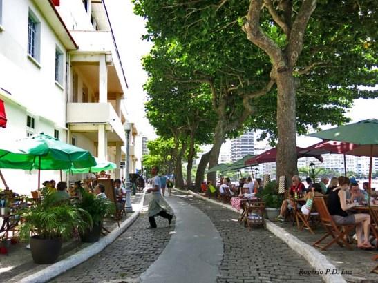 A alameda arborizada que conduz à fortificação, com as mesas sempre ocupadas da famosa Confeitaria Colombo,
