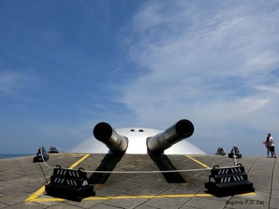 Os canhões de 305 mm com alcance máximo de 23 km
