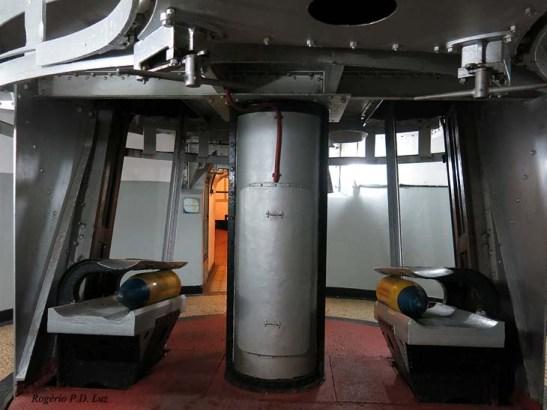 O interior da torre dos canhões maiores de 305mm