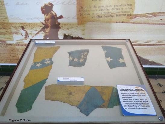 Fragmentos da bandeira do Brasil que foi rasgada em 28 pedaços e distribuídos para os revoltosos do Movimento dos 18