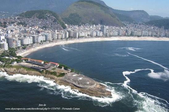 O Forte de Copacabana em 1º plano e a Praia de Copacabana