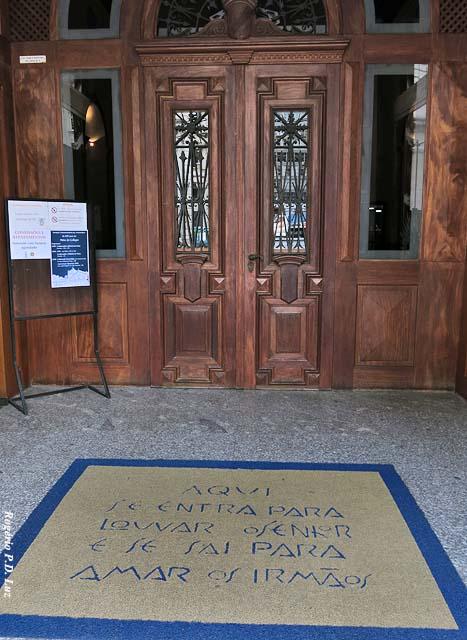a entrada com bela mensagem no tapete