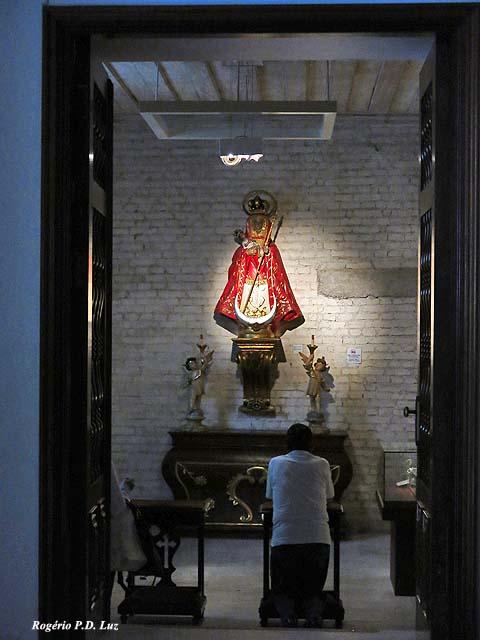 ... oratório que abriga as vestimentas de José de Anchieta, além de seu próprio fêmur.. Logo à entrada.