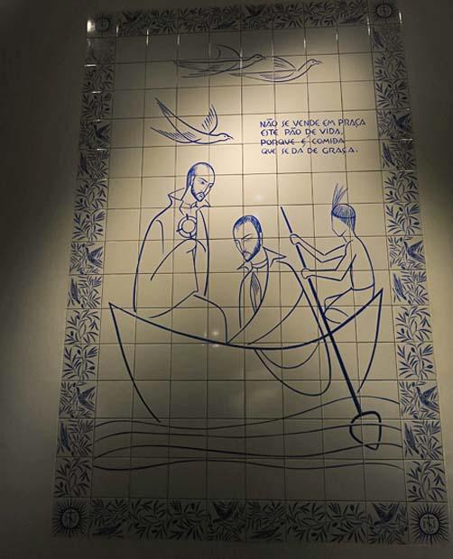 painéis de azulejos azuis de estilo português contam a história de Anchieta
